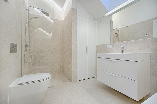 Sådan regner du pris på et væghængt toilet ud